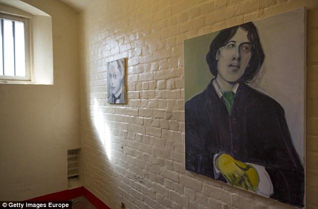 Una foto de Oscar Wilde cuelga dentro de una célula en el interior del antiguo edificio de Lectura, donde fue encarcelado