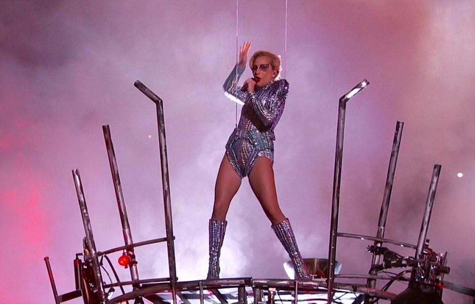 """Showstopper!  Gaga prometeu que iria fazê-lo """"seu caminho"""" e ela fez como ela lançou em um show de meio período de 13 minutos solo"""