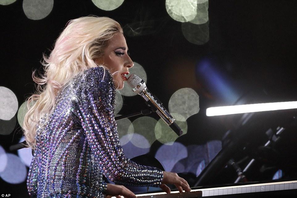 Momento orgulhoso: Gaga - nome real Stefani Germanotta - abrandou o ritmo para baixo com uma versão de milhões de razões acompanhando-se no piano, parando brevemente para dar um shoutout para sua mãe e pai