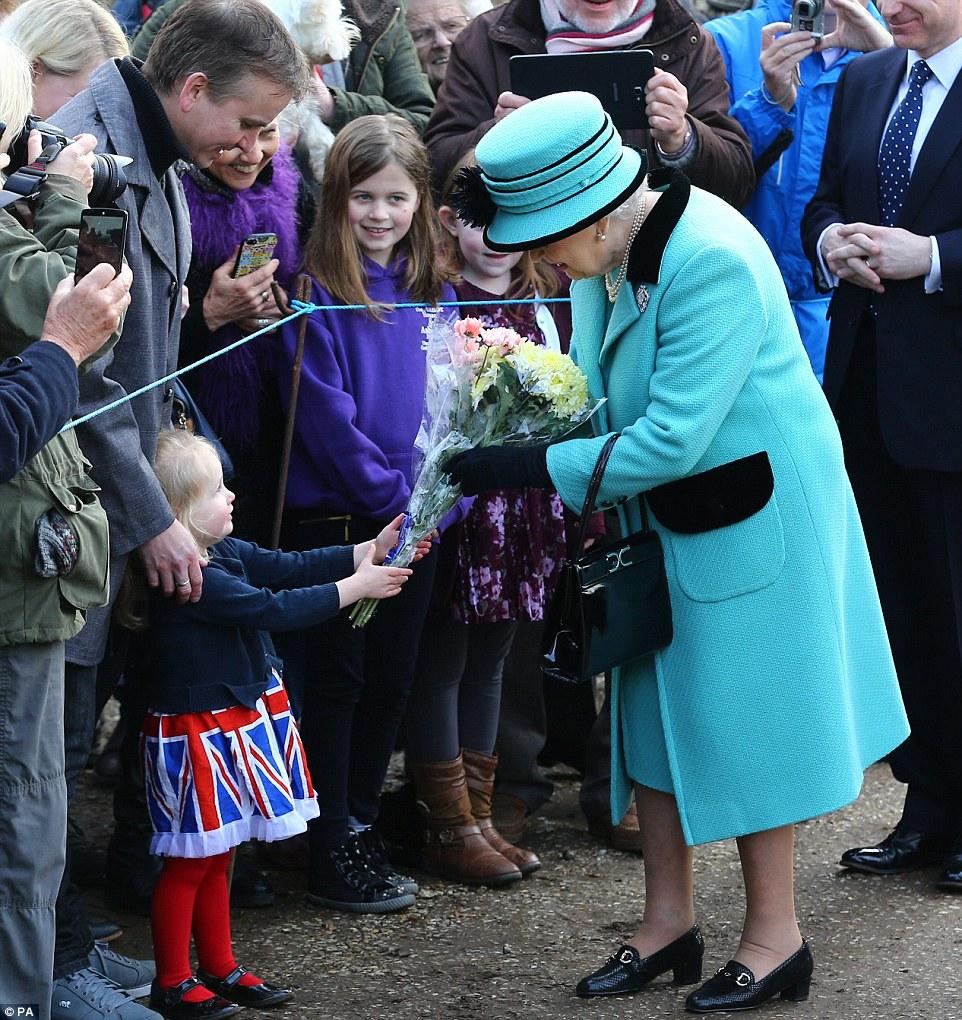 A rainha, que foi acompanhada pelo duque de Edimburgo, foi apresentada com vários buquês de flores na manhã de domingo, incluindo um posy de três anos de idade, Jessica Atfield