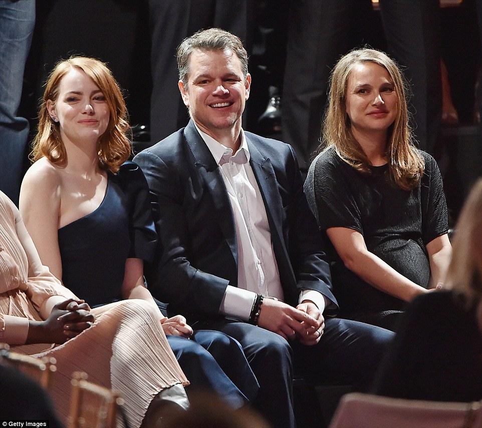 Ele conseguiu um grande assento: Damon foi ensanduichado entre A listers Stone (L) e Portman (R)