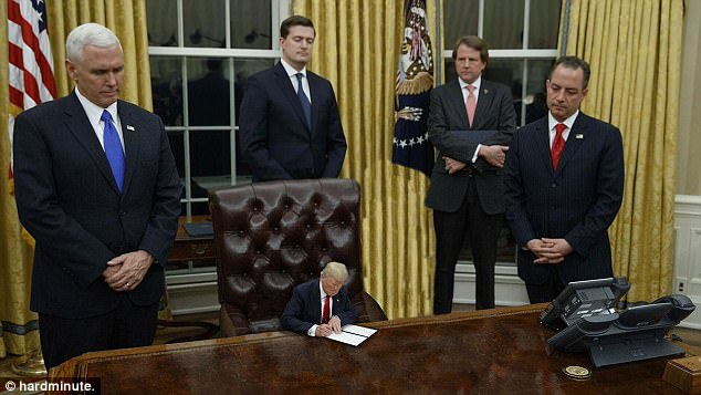 Vice-presidente Mike Pence observa como Tiny Trump assina uma ordem executiva