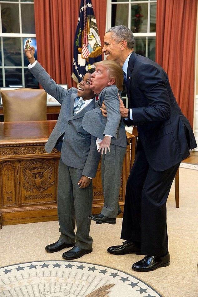 Hora da selfie!  O ex-presidente Barack Obama posa para uma foto com Tiny Trump e uma criança de 11 anos do funcionário da Casa Branca