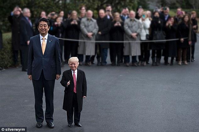 Thumbs up: O primeiro-ministro do Japão, Shinzo Abe, está de pé ao lado de um minúsculo trunfo