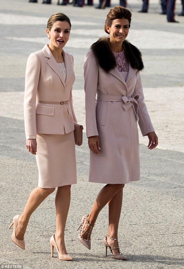 A rainha Letizia (L) ea primeira-dama argentina Juliana Awada caminham durante a cerimônia de boas-vindas no Palácio Real de Madri
