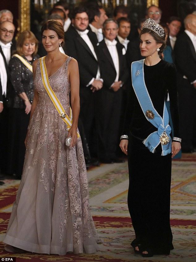 A primeira dama da Argentina ficou aturdida com um vestido rosado escuro etéreo enquanto a Rainha da Espanha buscava um visual mais mudo em preto