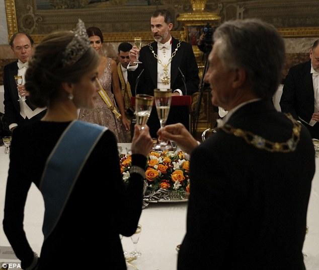 Rainha Letizia brinda ao presidente argentino Mauricio Macri em um jantar de gala para completar o primeiro dia de sua visita oficial a Espanha