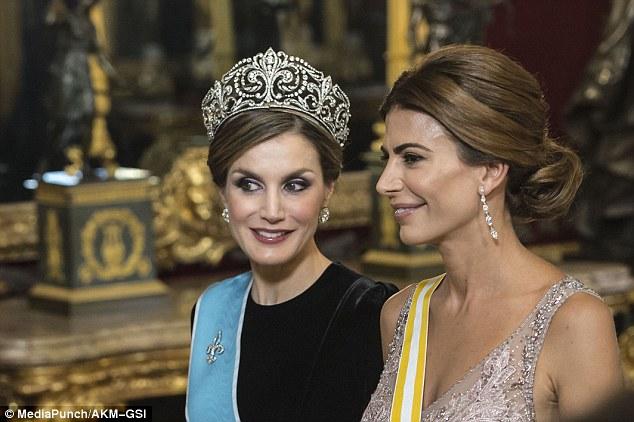 Rainha Letizia parecia radiante em suas jóias e ornamentada, grande coroa real