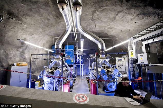 Les bunkers nucléaires ont été construites en béton épais et sont conçus pour résister à des explosions nucléaires. Celui-ci à Pionen a déjà été transformé en un centre de données et tient ironiquement certains des serveurs de WikiLeaks