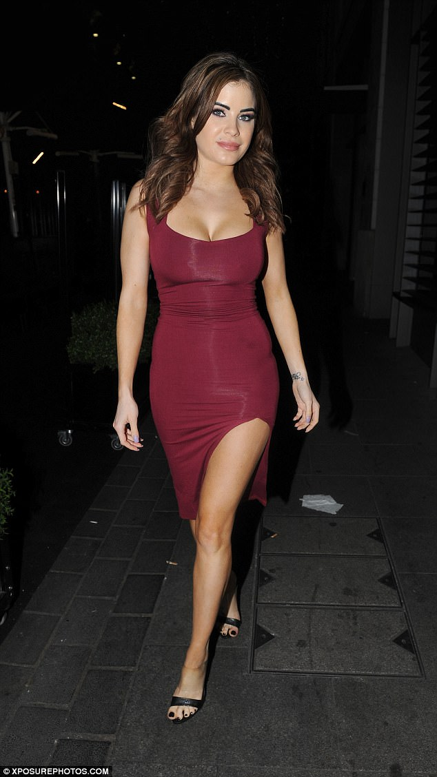 Petite Skimpy Girls Wallpapers Carla Howe Exhibits Cleavage On Night Out In London
