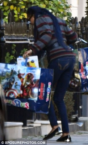 Alongside his entourage, he delivered two huge bags of toys, as well as a number of balloons