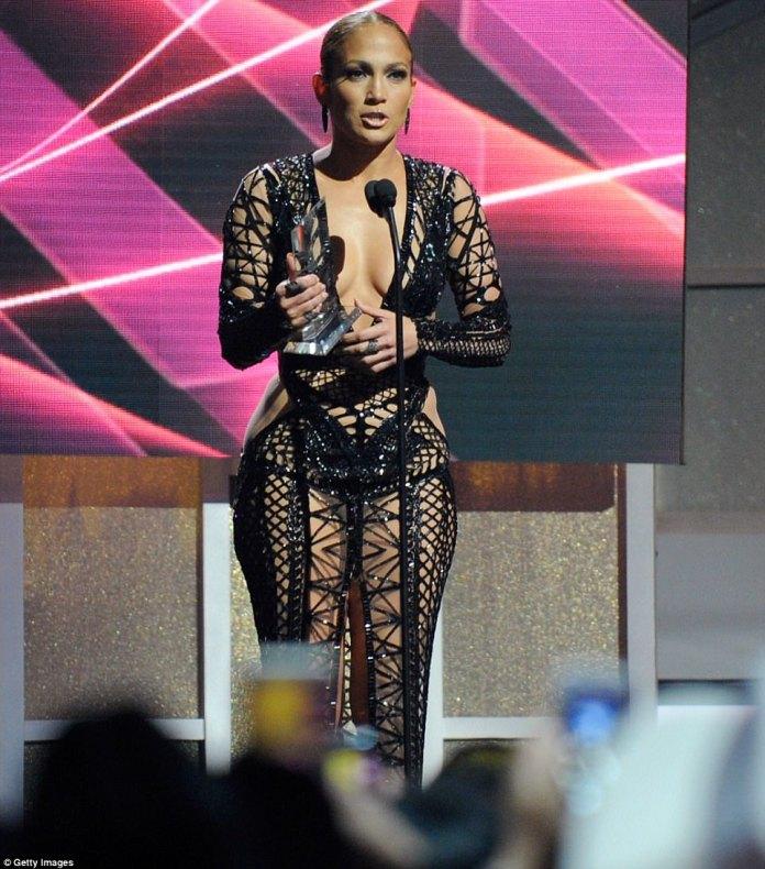 Jennifer Lopez yagaragaye atambaye umwambaro w'imbere benshi baravugishwa