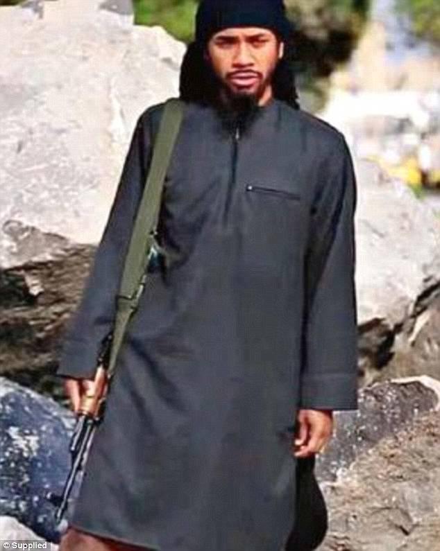 Se afirmó que había un cambio de corazón después de huir de Melbourne para unirse a la organización yihadista en 2013 (en la foto en una película de propaganda para promover la ideología ISIS)