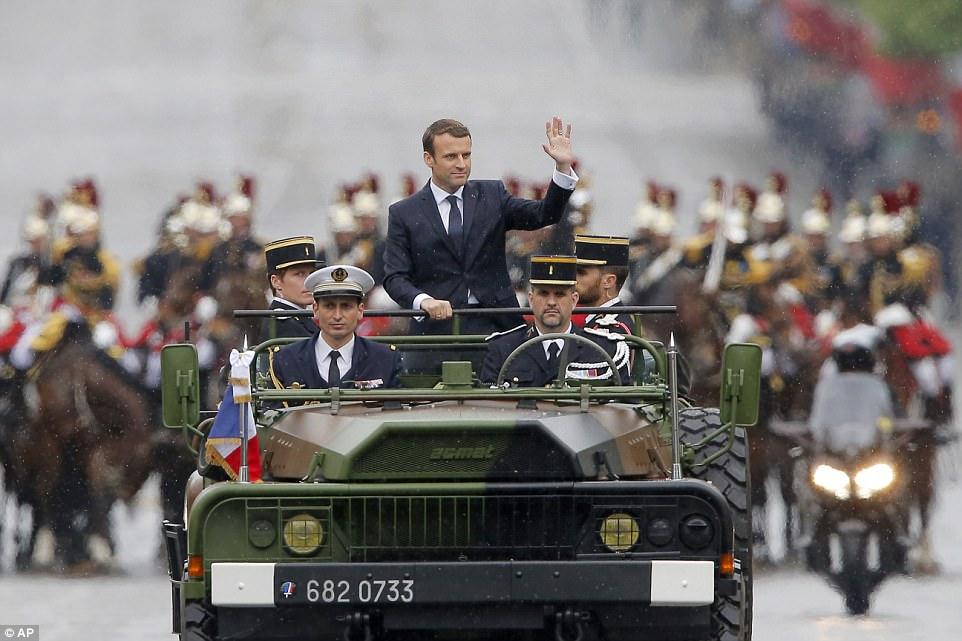 Emmanuel Macron (foto) foi inaugurado como o mais jovem presidente da França no Elysee Palace em Paris hoje