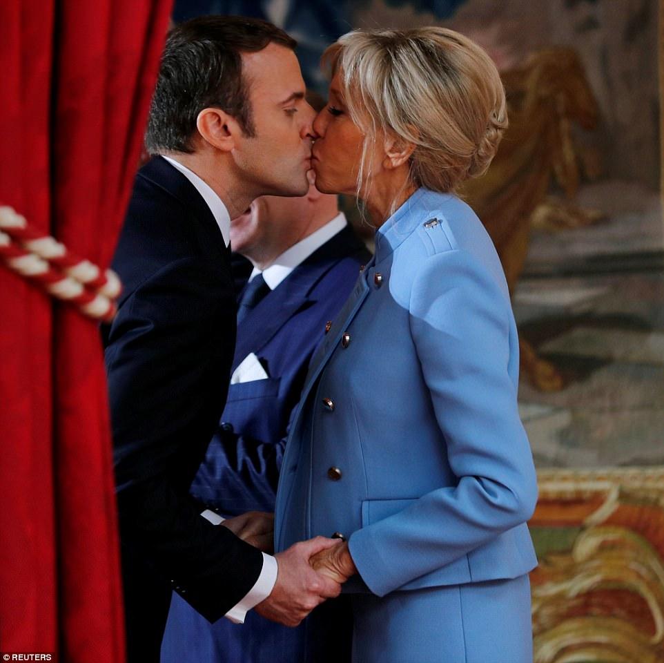Emmanuel Macron foi visto beijando sua glamorosa esposa depois de ser inaugurado como o mais jovem presidente da França