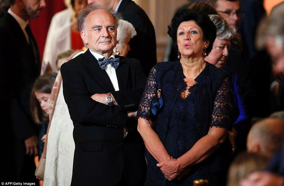 Jean-Michel Macron e Françoise Nogues-Macron se apresentam durante a cerimônia de posse de seu filho Emmanuel Macron como presidente francês