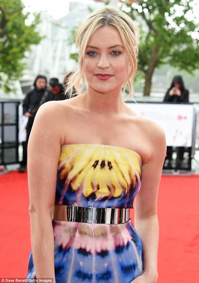 Impressionante: A apresentadora irlandesa, de 32 anos, colocou o foco em sua moldura peituda no vestido sem mangas depois de puxar para fora todas as paradas em seu traje noturno glamouroso
