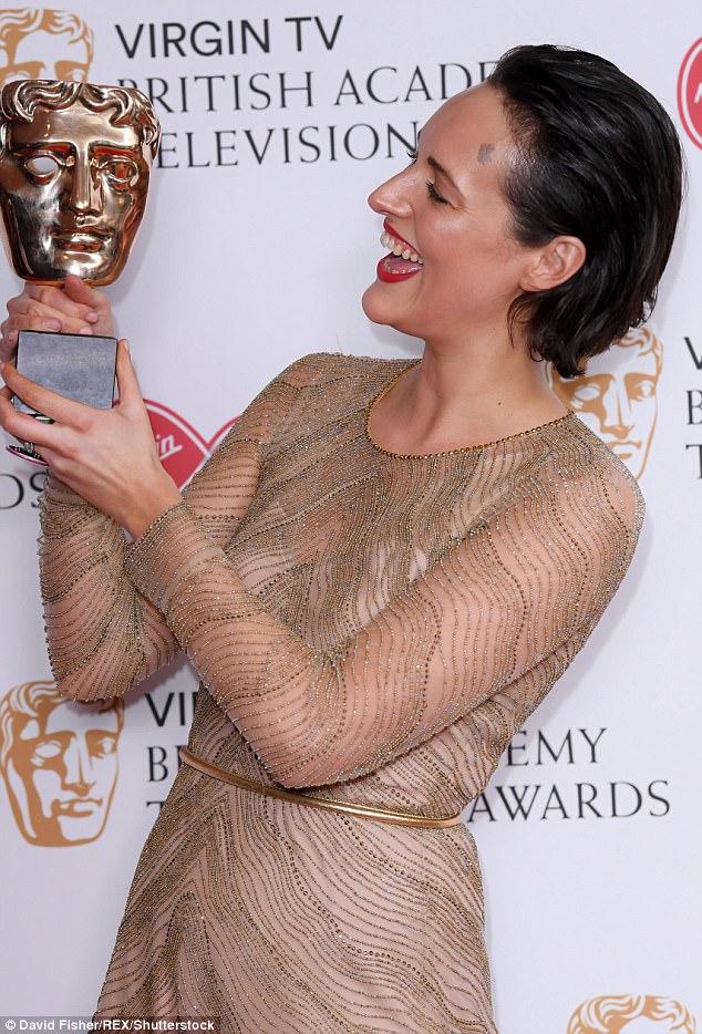 Pura alegria: A estrela da BBC parecia exaltada enquanto olhava amorosamente para seu prêmio depois do show