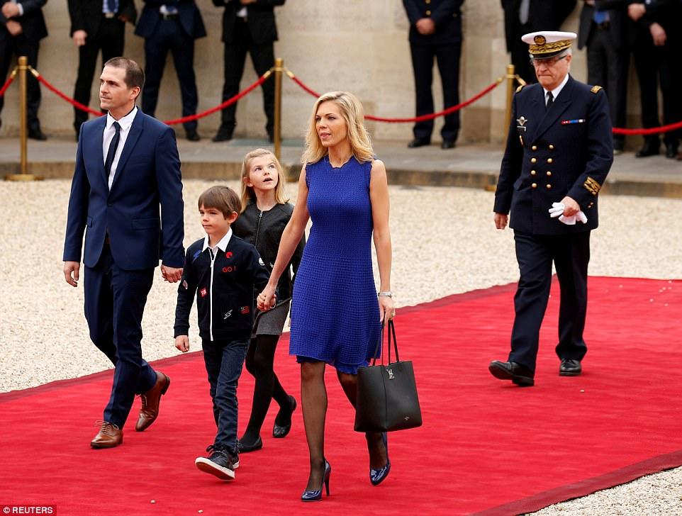 Macron fará então um discurso no salão de recepção do Elysee na frente de aproximadamente 300 convidados, de oficiais e de membros da família including seu step-daughter Laurence (retratado com sua família)