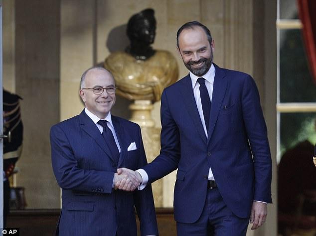 Francés recién nombrado primer ministro Edouard Philippe (derecha) es recibido por el saliente PM, Bernard Cazeneuve, antes de su reunión de hoy en París