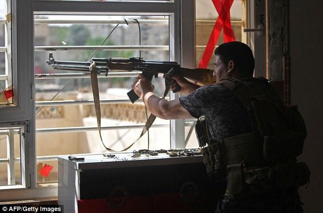 Con el respaldo de una coalición encabezada por Estados Unidos, las fuerzas iraquíes han hecho avances rápidos desde la apertura de un nuevo frente en el noroeste de Mosul este mes. En la foto: Un memberOf contra el Terrorismo Servicios iraquíes