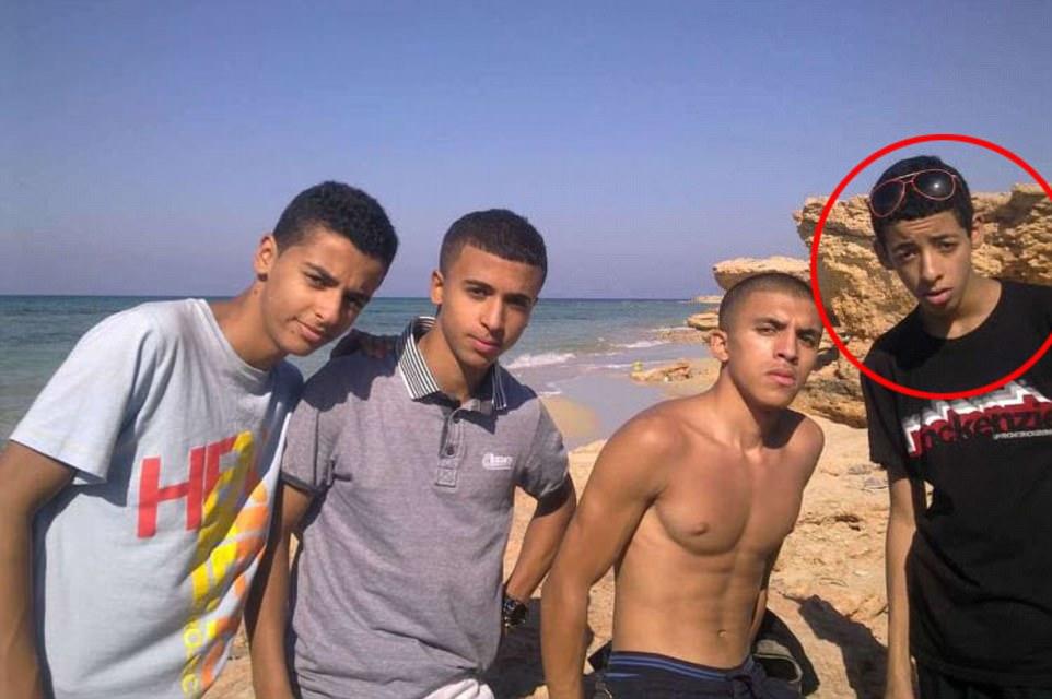 Descansando en la playa en Libia con amigos y salir con sus compañeros en Manchester, esto es Salman Abedi (en el círculo) como un adolescente antes de convertirse en un atacante suicida. Hay una sugerencia sin ninguno de los amigos que se representa con haber participado en ningún mal hacer