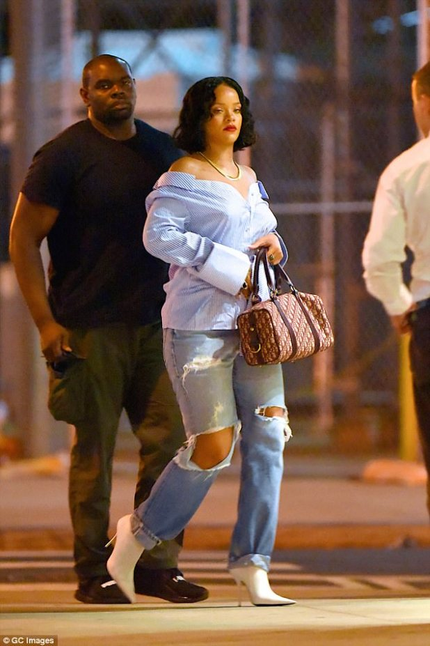 Pregnant Rihanna steps out in distress jeans,and boyfriend T.shirt (See photos)