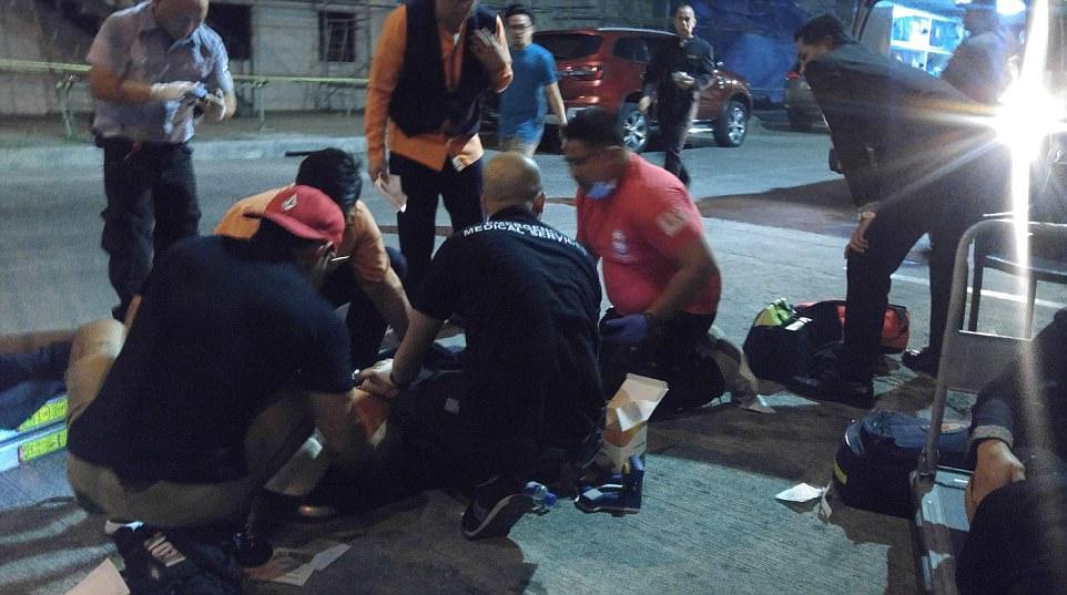 Los servicios de emergencia a las víctimas tratadas en el pavimento fuera del hotel, casino y discoteca