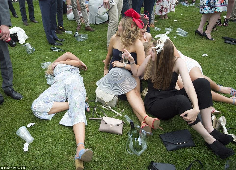 Siesta de alimentação?  O longo dia de beber tornou-se um pouco demais para uma senhora, que desfrutou de uma pequena sesta enquanto seus amigos acompanhavam a festa