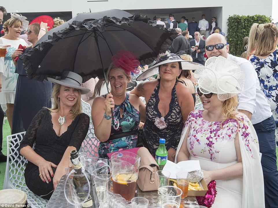 Dias felizes: as mulheres sorriram quando derrubaram o Prosecco e Pimm no dia da corrida