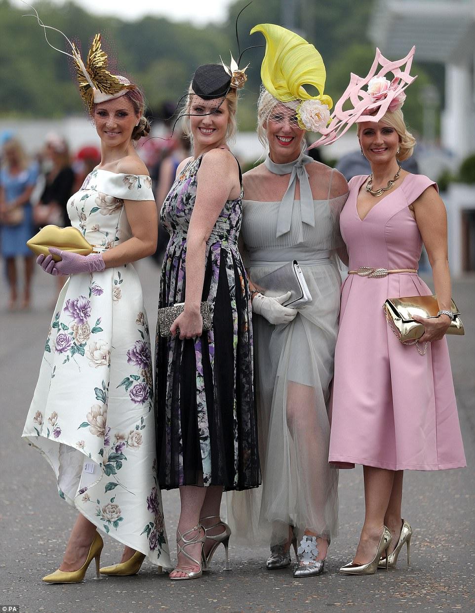 Empreendimentos de estilo: estas quatro senhoras estavam sem dúvida esperando chegar ao final da competição mais bem vestida e puxaram todas as paradas do sartorial em sua busca para fazê-lo