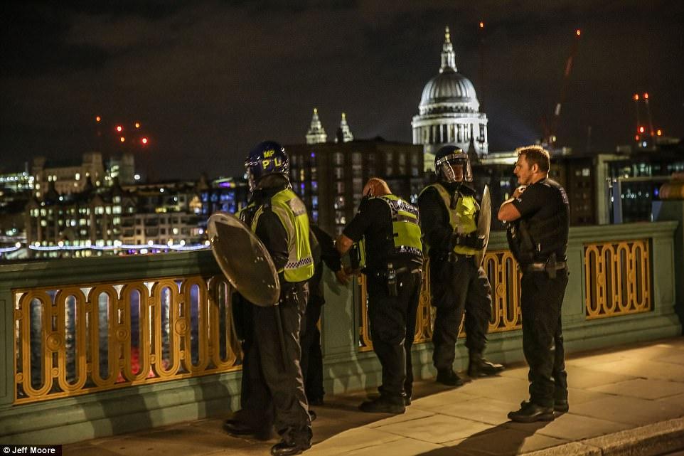 La policía detuvo a un hombre en el puente de Southwark durante el alboroto en el puente de Londres