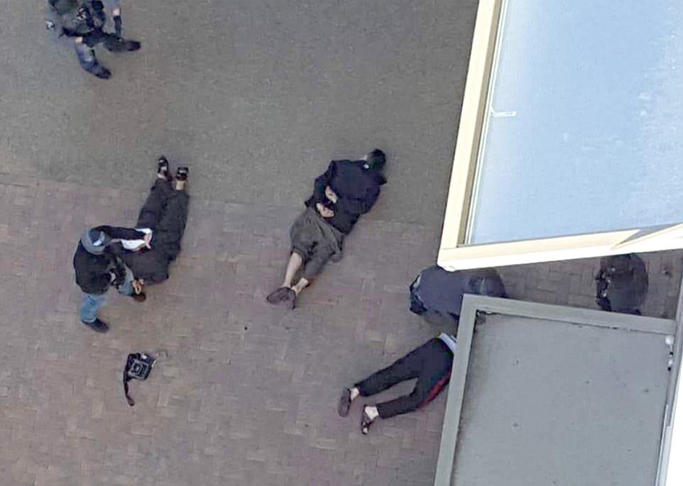 Varios hombres fueron vistos clavados en el suelo con las manos atadas a la espalda policías armados irrumpieron en un bloque de pisos en Barking, al este de Londres, en un ataque que se cree que estar conectado a ataque terrorista de anoche