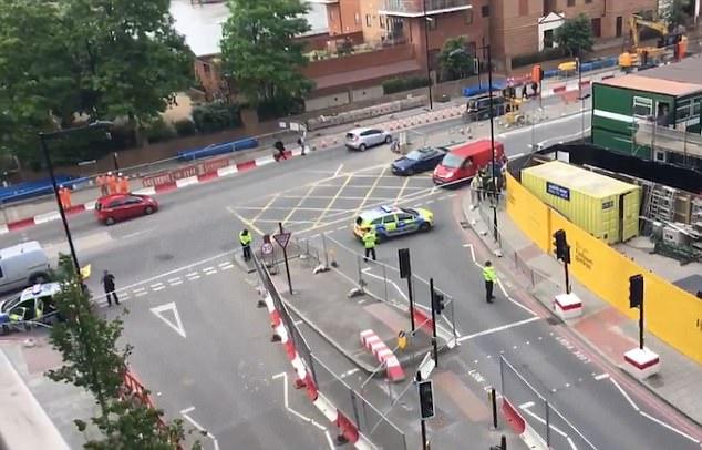Un cordón se creó (muestra) alrededor de los coches y un Waitrose cercana fue evacuada de los compradores de agentes especializados