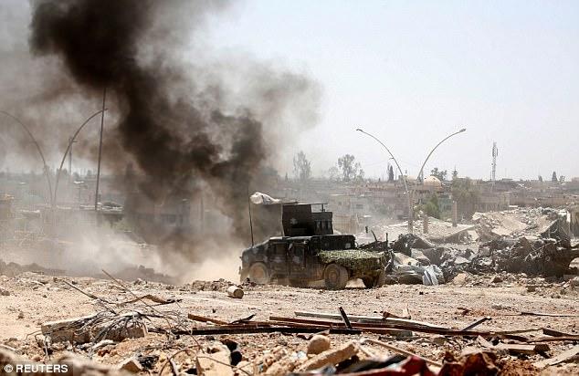 Once presuntos yihadistas que recientemente fueron encontrados con los ojos vendados, atado y muerto de un disparo en el lado de la carretera de 20 millas al sur de Mosul (en la foto)