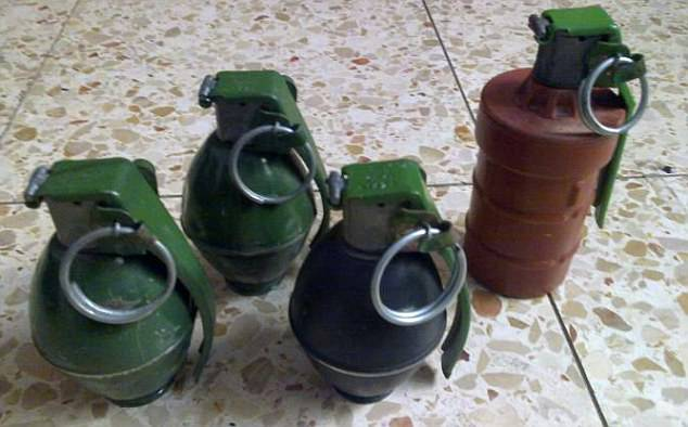 Una colección de granadas se ve en una foto publicada en la página anti-ISIS vigilante Facebook como el grupo busca la dirección de yihadistas cerca de Mosul