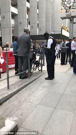 Un policía lleva por relatos de testigos en el lugar, mientras que un cordón se creó por agentes