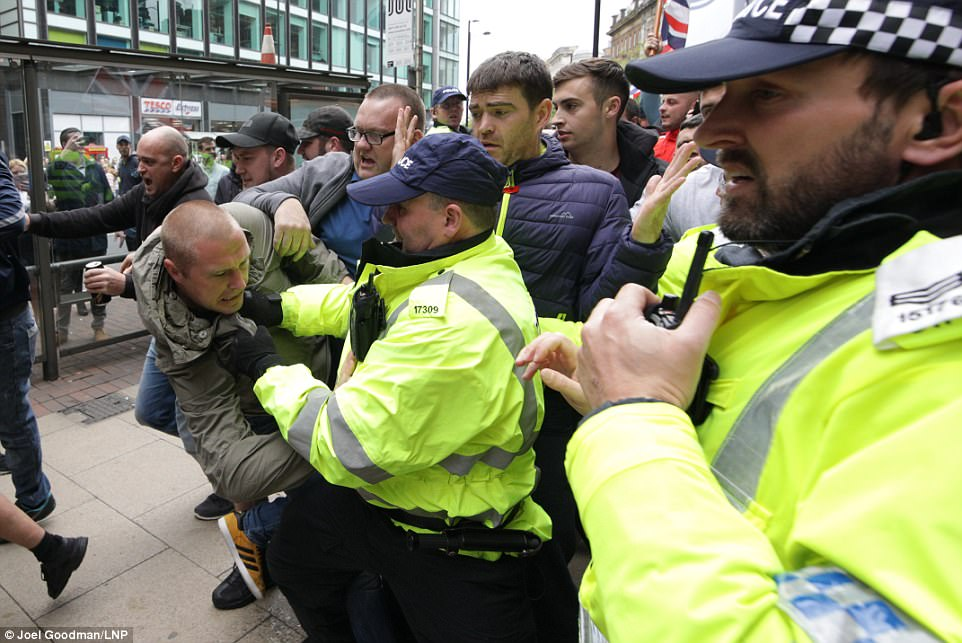 El grupo, llamado Reino Unido contra el odio, se enfrentaron con los agentes y se encontraron con una contra protesta llevada a cabo por grupos antifascistas