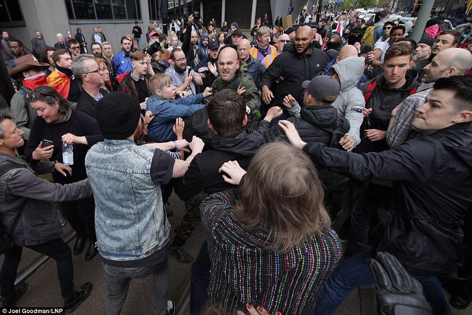 Grupos se enfrentaron en las calles de Manchester esta tarde después de Reino Unido contra el odio se reunió con grupos antifascistas cerca de la estación de tren de Piccadilly
