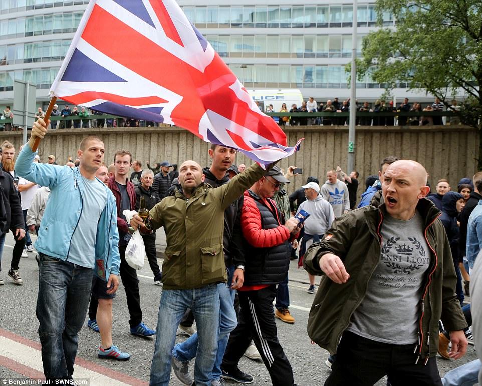 El grupo marchó por el centro de la ciudad y fue organizado en respuesta al ataque terrorista que dejó 22 personas muertas