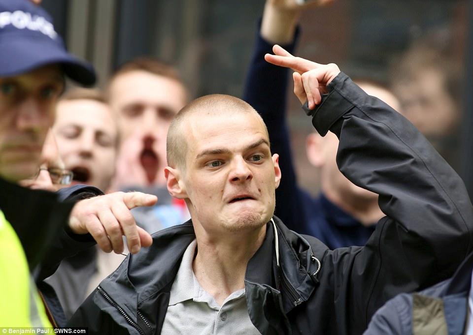 La protesta se tornó violenta cuando los grupos rivales chocaron entre sí durante el día, lo cual fue considerado como siendo una marcha 'silenciosa'