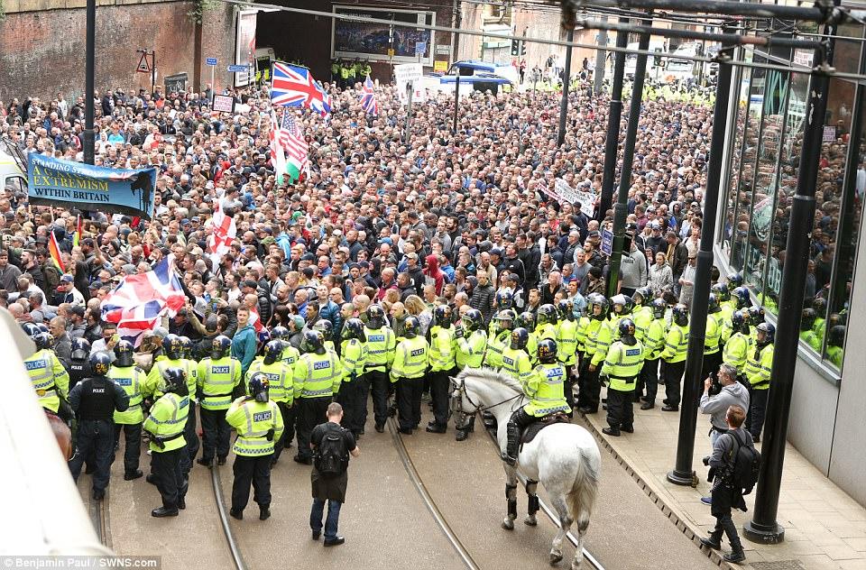 Cientos de personas esperan el inicio del rally en Manchester esta tarde - sólo semanas después del ataque terrorista Manchester