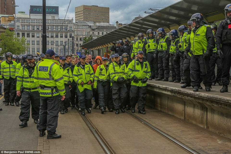 La policía guiados 'manifestantes silenciosos' de la EDL en los jardines de Piccadilly, en el centro de Manchester