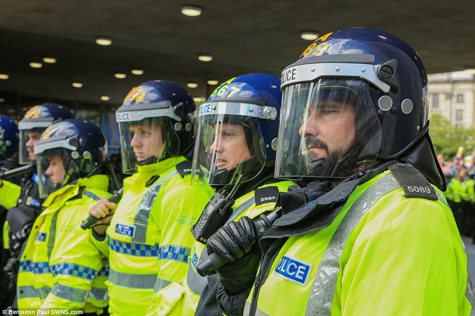 La policía llegó preparados para problemas, aunque no está claro si alguien resultó herido o detenido
