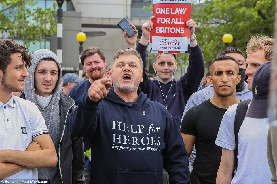La manifestación se supone que con el pretexto de ser una respuesta a los ataques terroristas de Manchester