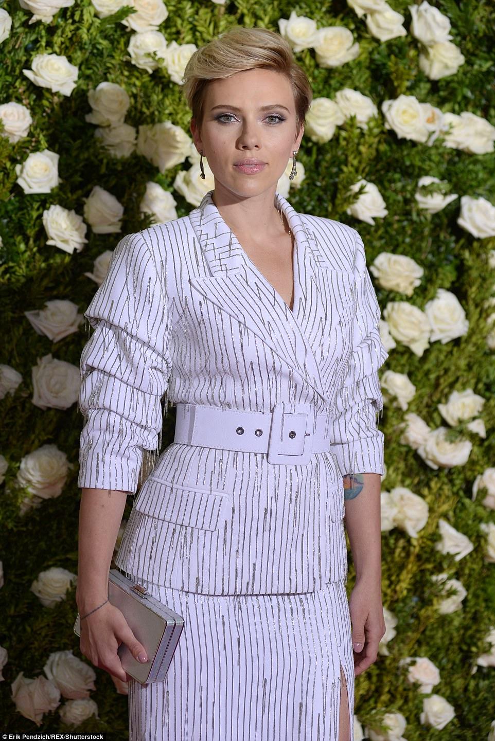 Turner de cabeça: Scarlett, que é apresentador no show de prêmios deste ano, denominou o conjunto de dois tons com um cinto branco robusto