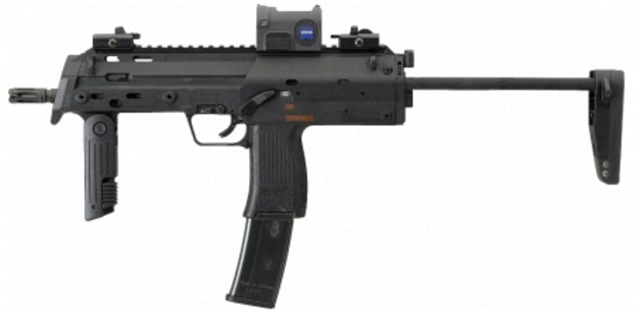 Los soldados han sido armados con armas Heckler y Koch MP7 y kits médicos en caso de que haya un ataque