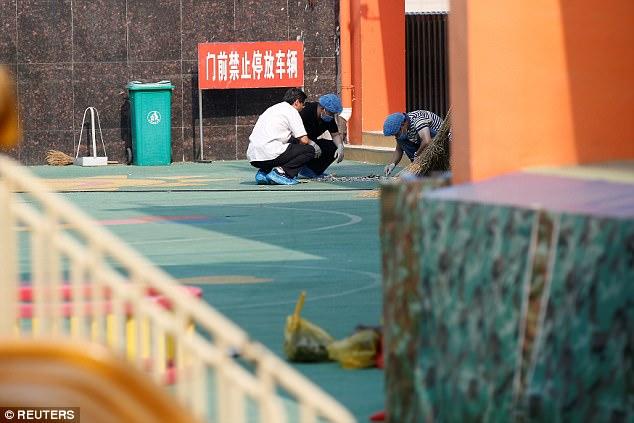 Los investigadores trabajan en el lugar de la explosión en un jardín de infancia en la provincia de Jiangsu de China