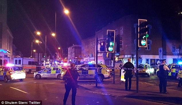 Según testigos presenciales, los espectadores que ven luchan al sospechoso en el suelo y sujetarlo hacia abajo hasta que los oficiales