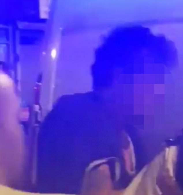 Un hombre fue detenido en el lugar. El sospechoso es descrito aquí ser esposado junto a un vehículo de la policía